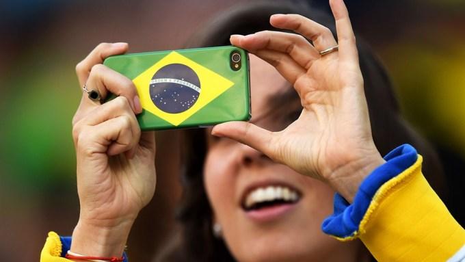 <p> Điện thoại cũng được trang bị vỏ ốp là quốc kỳ Brazil.</p>