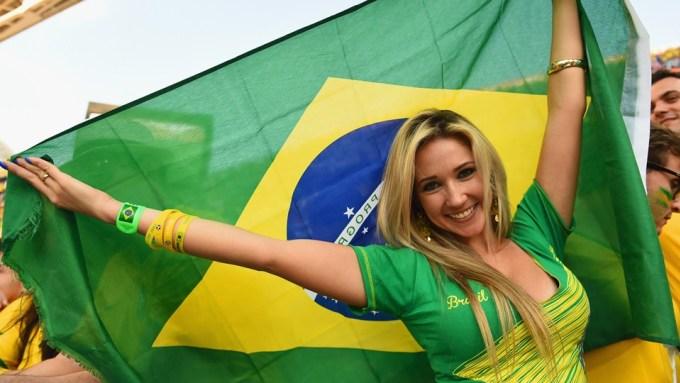 <p> Một người đẹp tóc vàng khoe sắc với quốc kỳ Brazil.</p>