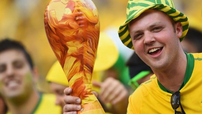 <p> Hai tiếng đồng hồ trước giờ bóng lăn, đâu đó ở các thành phố Brazil đăng cai World Cup vẫn còn cảnh người dân biểu tình phản đối sự kiện này. Nhưng với đại bộ phận người Brazil, World Cup 2014 vẫn là một ngày hội đáng chờ đợi, là nơi họ nuôi hy vọng chứng kiến đội nhà lần thứ sáu lên ngôi vô địch thế giới.</p>