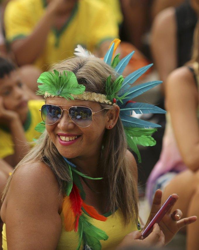 <p> Những chiếc mũ thổ dân cũng trở thành một phụ kiện trang trí ưa thích của các CĐV vào sân Arena Corinthians hôm qua.</p>