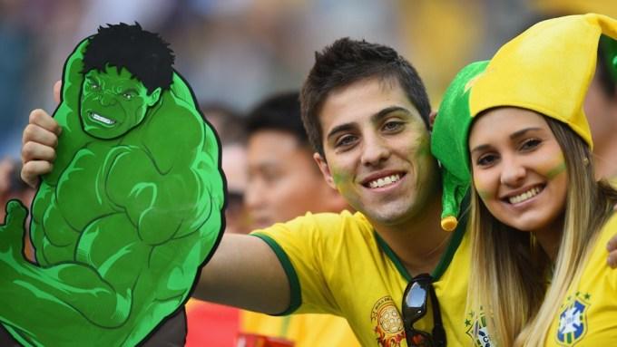 """<p> Cô gái này và bạn trai là fan của Hulk - tiền đạo lấy tên theo nhân vật của siêu phẩm điện ảnh Hollywood cùng tên """"Người khổng lồ xanh"""".</p>"""