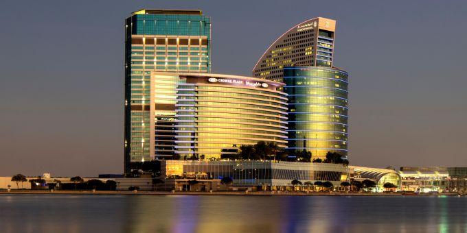 <p> Khách sạn Crowne Plaza thuộc khu tổ hợp dịch vụ sang trọng của thành phố Dubai. Nó nằm cách sân vận động Al Maktoum chỉ khoảng8 km.</p>