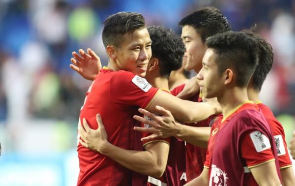 Cầu thủViệt Nam ôm nhau mừng, sau khiđoạt vé vào tứ kết. Ảnh:Anh Khoa.
