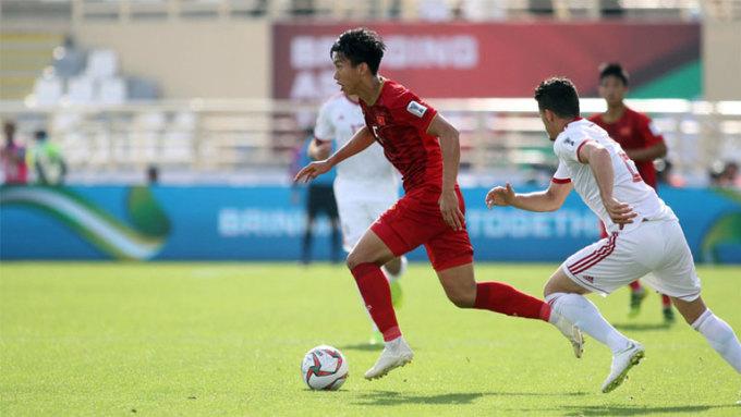 <p> <strong>Đoàn Văn Hậu (19 tuổi, Việt Nam)</strong>. Việt Nam gây ấn tượng mạnh trên đường vào tứ kết Asian Cup, nhưng sẽ không thể làm điều đó nếu thiếu đi màn trình diễn đậm chất đồng đội. Văn Hậu là một cầu thủ nổi bật trong màn trình diễn ấy với lối chơi lên công về thủ toàn diện. Dù mới 19 tuổi, ngôi sao trẻ của Việt Nam đã chứng minh được rằng việc so tài với những đối thủ hàng đầu châu Á là không hề khó khăn.</p>