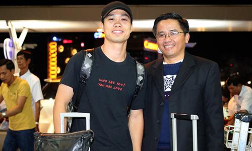 Công Phượng và trưởng đoàn HAGL Nguyễn Tấn Anh trước lúc lên đường tại sân bay Tân Sơn Nhất tối qua 13/2. Ảnh: Anh Khoa.