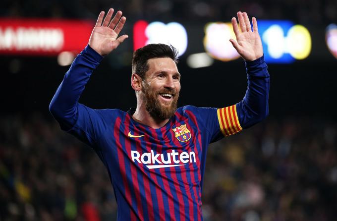 <p> <strong>Lionel Messi - 145 triệu đôla</strong></p> <p> Tính toán của <em>France Football</em> dựa trên tổng thu nhập từ tiền lương, thưởng, bản quyền hình ảnh, và hợp đồng quảng cáo. Lionel Messi giữ vững ngôi số một, khi tăng nhẹ thu nhập so với năm trước đó. Đây là thành quả chủ nhân năm Quả Bóng Vàng có được khi ký hợp đồng với Barca hồi tháng 11/2017.</p>