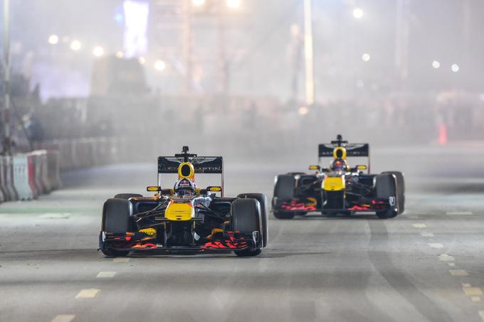 <p> Một trong hai người điều khiển chiếc xe là cựu tay đua lừng danh David Coulthard - người từng khoác áo đội McLaren và hiện tại là đại sứ của F1.</p>
