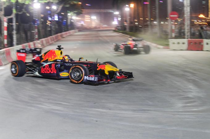 <p> Được sử dụng cho buổi biểu diễn lần này là chiếc RB7, từng cùngSebastian Vettel vô địch thế giới năm 2011. Theo chân những chiếc xe này là đội ngũ kỹ thuật của Aston Martin Red Bull. Họ phải bảo dưỡng và theo dõi quá trình vận hành của những chiếc xe theo tiêu chuẩn đặc biệt của F1.</p>