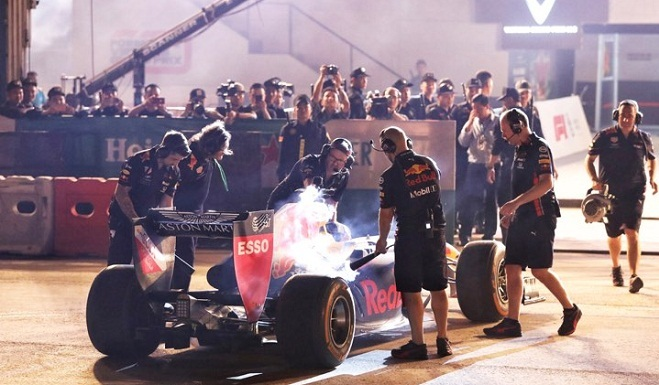 <p> Coulthard thực hiện ba lần biểu diễn. Hai lần đầu ông chạy một mình, lần cuối biểu diễn cùng một tay đua trẻ của Red Bull. Sau mỗi lần tạm dừng, chiếc xe lập tức được làm nguội bằng khí CO2. Ảnh: <em>Giang Huy.</em></p>