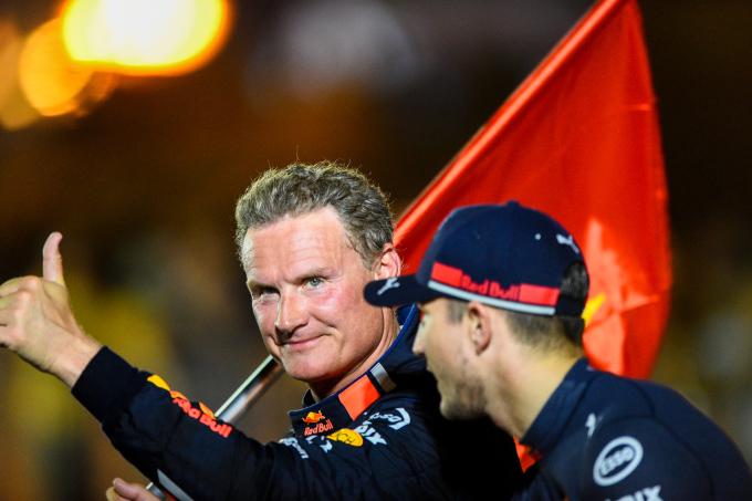 """<p> Coulthard cùng cộng sự diễn hành với quốc kỳ Việt Nam sau khi kết thúc phần biểu diễn. """"Đây là lần thứ hai đến Việt Nam, tôi đã được tận mắt chứng kiến sự hào hứng và cuộng nhiệt của người hâm mộ nơi đây dành cho F1"""", ông chia sẻ. """"Tôi tin rằng Việt Nam sẽ trở thành một trong những chặng đua hấp dẫn nhất thế giới và được yêu mến bởi đông đảo các tay đua và đội đua F1"""".</p>"""