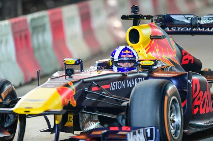 <p> David Coulthard, người Scotland, từng 13 lần chiến thắng chặng và tổng cộng 62 lần đứng trên bục podium. Tháng 5/2018, Coulthard từng lái chiếc RB7 tại TP HCM.</p>