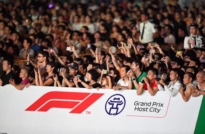 <p> Có khoảng 30.000 người đã đến và chứng kiến chiếc xe F1 lần đầu chạy biểu diễn trên đường phố Hà Nội.</p>