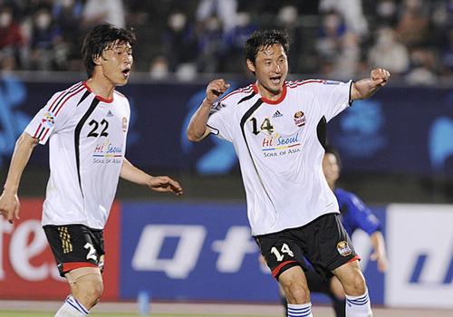 Ông Kim Han-yoon (số 14) khi còn thi đấu chơi ở vị trí hậu vệ.