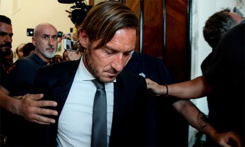 Totti không giấu cảm xúc khi rời cuộc họp báo tuyên bố chia tay Roma.