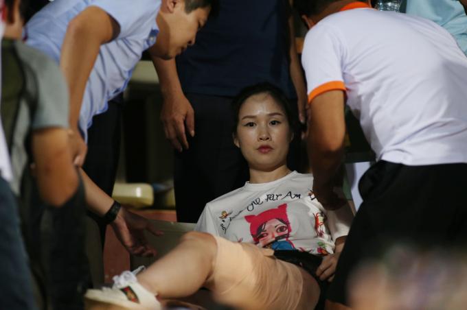<p> Nạn nhân Huyền Anh bị vết rách lớn ở chân, máu chảy đầm đìa. Sau khi được các bác sĩ băng bó, cô vẫn chưa hết choáng và không thốt lên lời.</p> <p> </p>