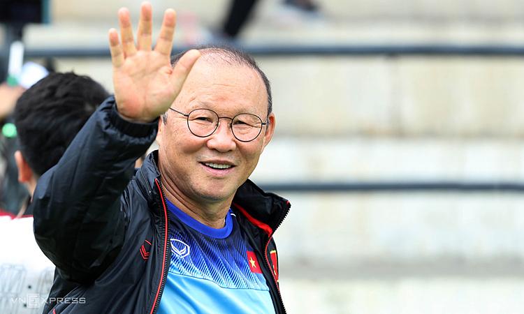 Bị nghi ngờ trong thời gian đầu, nhưng HLV Park Hang-seo nhanh chóng chinh phục niềm tin nơi người hâm mộ, giúp bóng đá Việt Nam lột xác trong hơn hai năm làm việc. Ảnh: Đức Đồng.