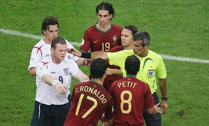 Ronaldo giục trọng tài phạt Rooney. Ảnh: Reuters.