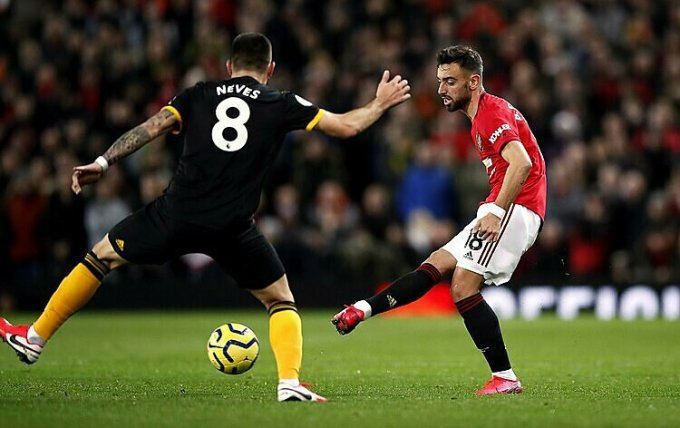 Scholes muốn Fernandes (đỏ) đá cao hơn tại Man Utd. Ảnh: AP.