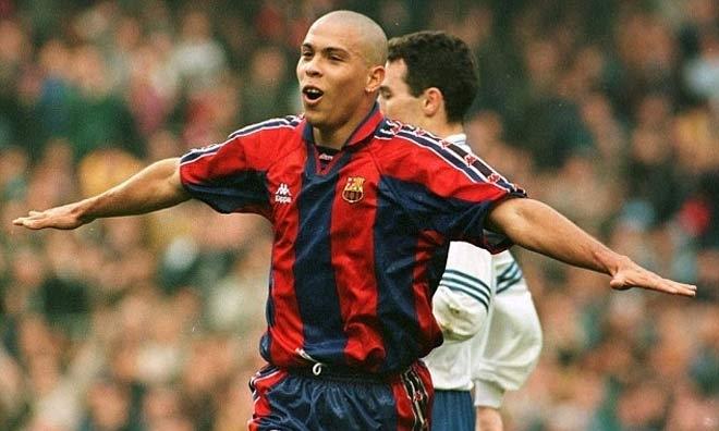 Ronaldo giành Chiếc Giày Vàng, sau đó đoạt Quả Bóng Vàng nhờ một mùa chói sáng cùng Barca. Ảnh: Reuters.