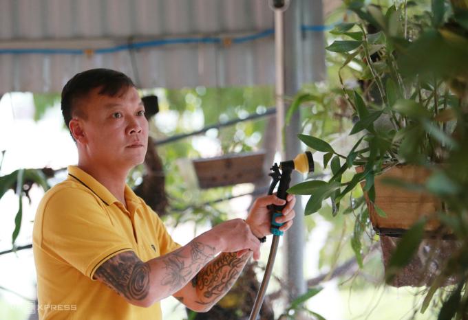 Dương Hồng Sơn tỷ mẩn chăm vườn lan trong thời gian ở nhà tránh Covid-19. Ảnh: Lâm Thoả
