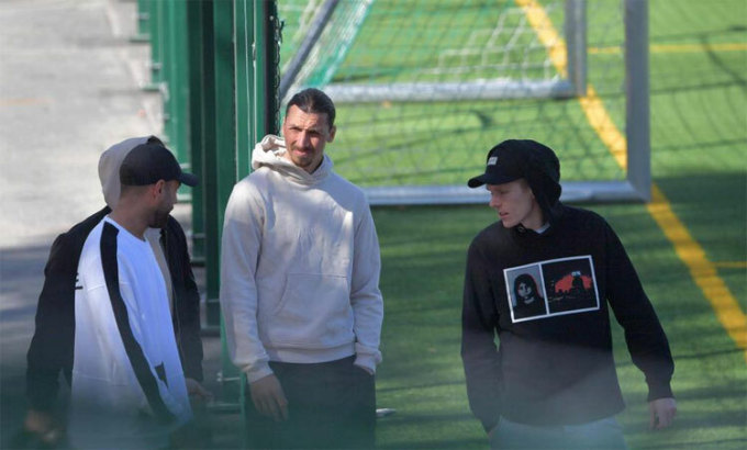 Ibrahimovic ra ngoài tập, bỏ khẩu trang