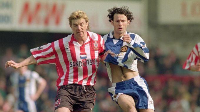 Tại sao Man Utd thay áo giữa giờ năm 1996?