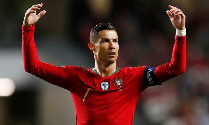Ronaldo được coi là cầu thủ hào phóng. Ảnh: Reuters.