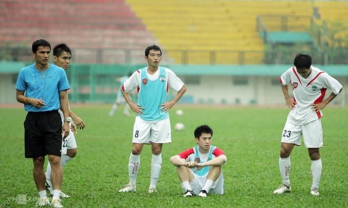 Kiatisuk (trái) huấn luyện các cầu thủ HAGL trên sân Quân khu 7 (TP HCM). Người ngồi là Lee Nguyễn, bản hợp đồng bom tấn khác của HAGL. Ảnh: Đức Đồng.