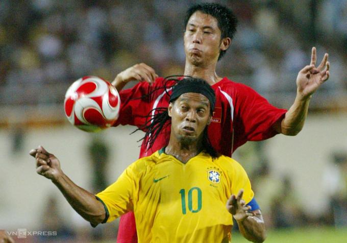 Vũ Như Thành kèm Ronaldinho trong trận giao hữu tại Mỹ Đình năm 2008. Ảnh: Tuấn Tú