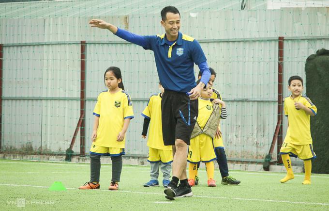 Vũ Như Thành hứng khởi với việc dạy bóng đá cho các em nhỏ. Anh dự định tương lai sẽ theo nghiệp HLV.