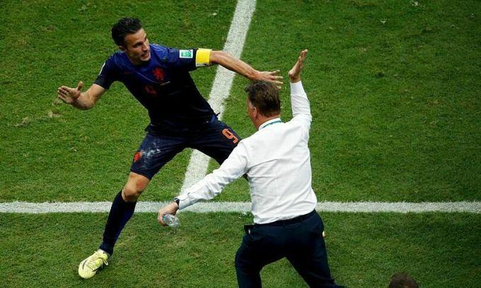 Pha mừng bàn thắng kinh điển của Van Persie và Van Gaal ở World Cup 2014. Ảnh: Reuters.