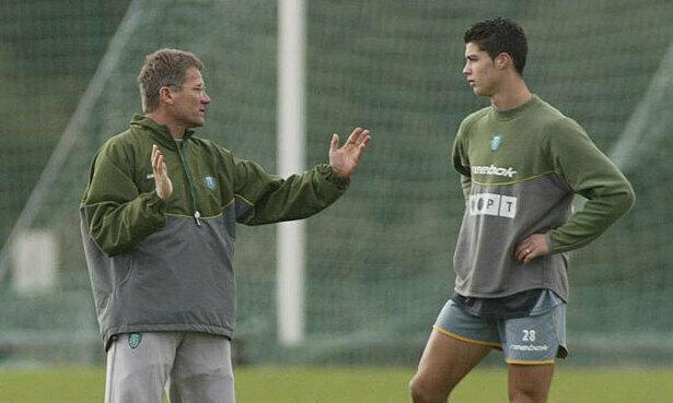 HLV Boloni hướng dẫn Ronaldo trong một buổi tập của Sporting. Ảnh: Record.