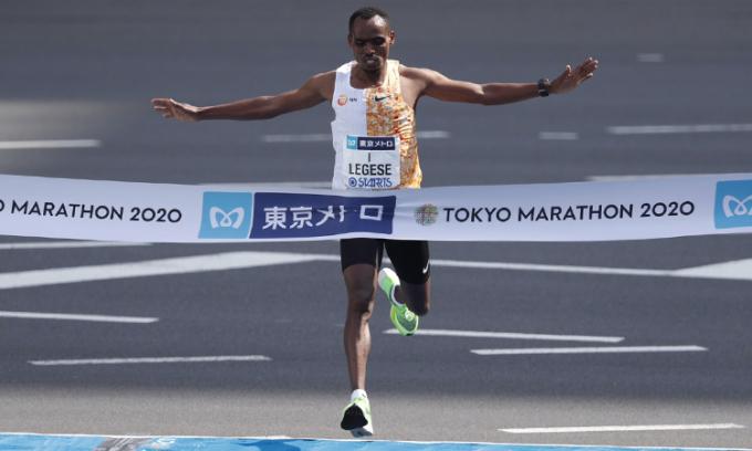 Lesege về nhất trên đường chạy full marathon của Tokyo Marathon 2020 sáng 1/3. Ảnh: Tokyo Marathon.