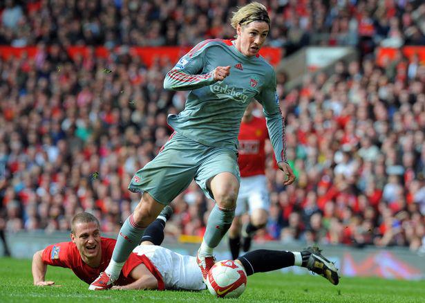 Torres vượt qua Vidic, gỡ hòa 1-1 trong trận đấu hồi tháng 3/2009. Ảnh: AFP.