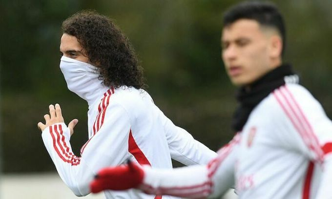 Tiền vệMatteo Guendouzi của Arsenal mang khăn che mặt trong lúc tập luyện trước khi nước Anh bị phong toả bởi Covid-19. Ảnh: Arsenal.
