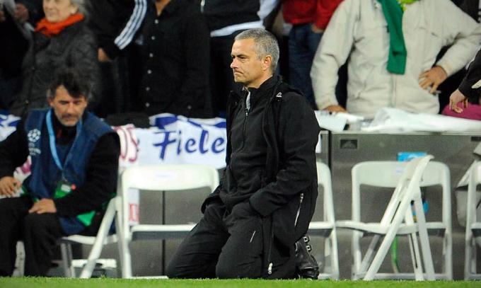 Mourinho quỳ trên sân khi theo dõi loạt sút luân lưu. Ảnh: AFP.