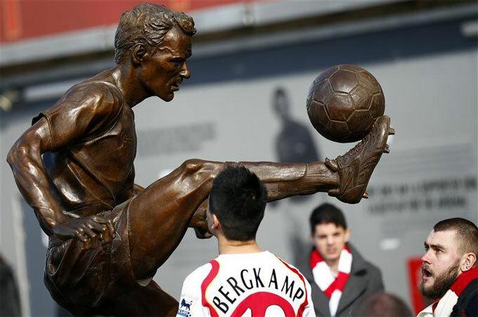 Đội bóng do Bergkamp làm đồng sở hữu có thể đối đầu với Arsenal, đội bóng dựng tượng anh.