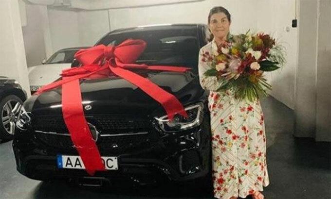 Ronaldo tặng xe sang cho mẹ