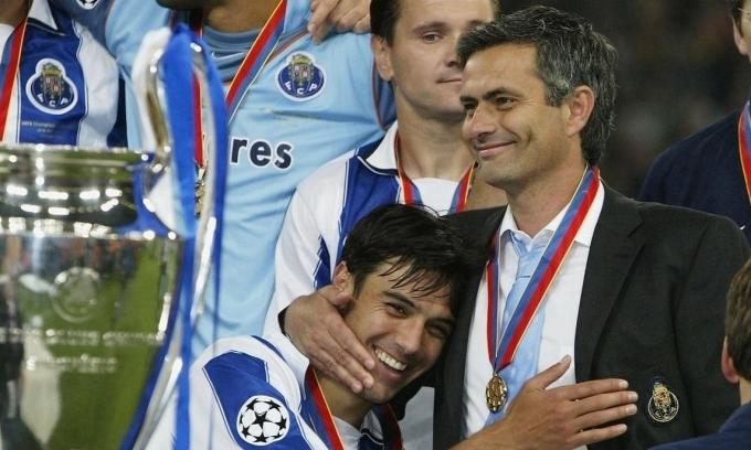 Mourinho (phải) mừng chức vô địch Champions League 2004 cùng học trò Paulo Ferreira. Ảnh: UEFA.