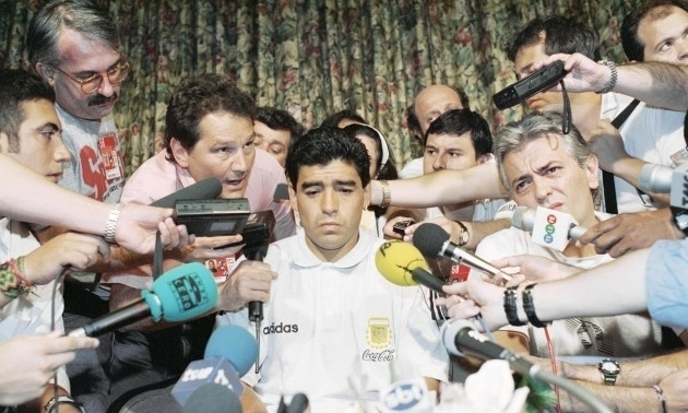 Maradona trả lời báo chí sau khi bị loại khỏi World Cup 1994 vì sử dụng ma túy. Ảnh: AP.