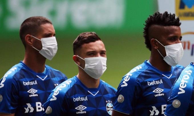 Cầu thủ Gremio đeo khẩu trang khi thi đấu hồi giữa tháng Ba. Ảnh: Reuters.