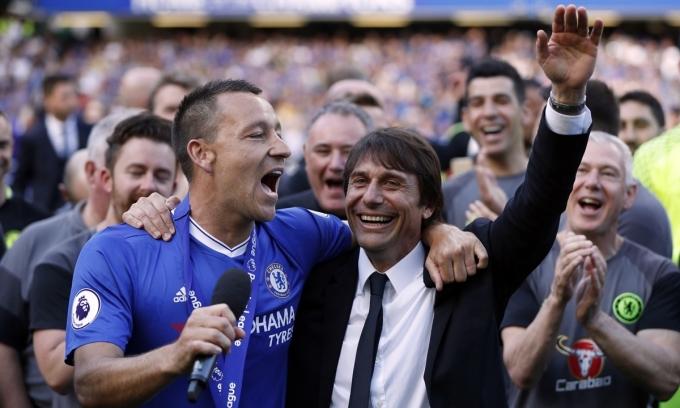 Conte (phải) chỉ làm việc với Terry đúng một mùa và cùng nhau lên ngôi vô địch Ngoại hạng Anh. Ảnh: Reuters.