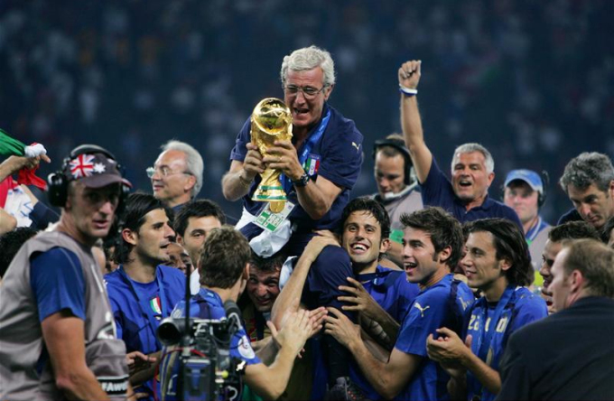 Lippi được các học trò công kênh sau khi đoạt cúp vàng ở World Cup 2006. Ảnh: Action Images.