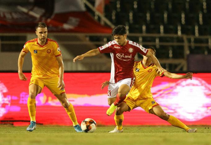 TP HCM (đỏ trắng) đang dẫn đầu sau hai lượt trận, trước khi V-League 2020 tạm hoãn vì Covid-19. Ảnh: VPF.