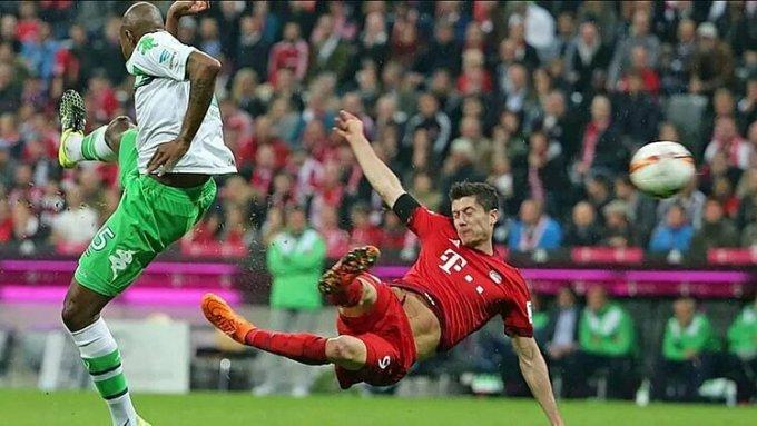 Lewandowski (phải) đứng thứ ba trong nhóm tiền đạo săn bàn giỏi nhất lịch sử Bundesliga, với 227 bàn thắng. Ảnh: Bundesliga.com.