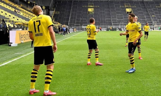 Haaland (số 17) nhảy mừng bàn thắng. Ảnh: Reuters.