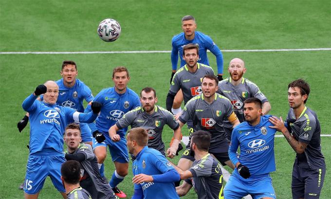 Belarus là một trong số ít quốc gia hiếm hoi vẫn cho phép bóng đá diễn ra giữa đại dịch. Ảnh: EPA.