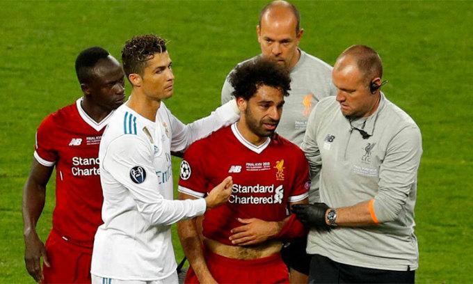 Ronaldo an ủi khi Salah rời sân vì bị gãy tay ở chung kết Champions League 2018. Ảnh: AFP.