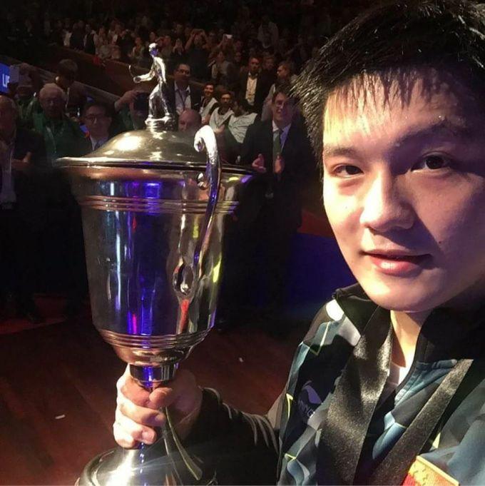 Phàn Chấn Đông khoe chức vô địch đơn nam thế giới 2016.