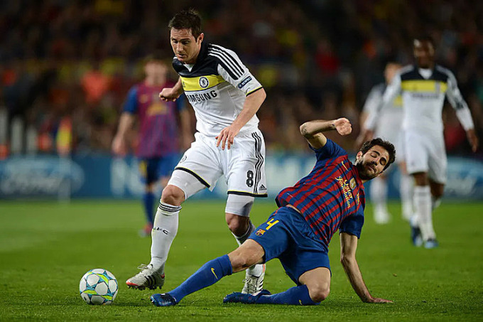 Lampard tranh bóng với Fabregas trong trận đấu tại Camp Nou. Ảnh: AP.